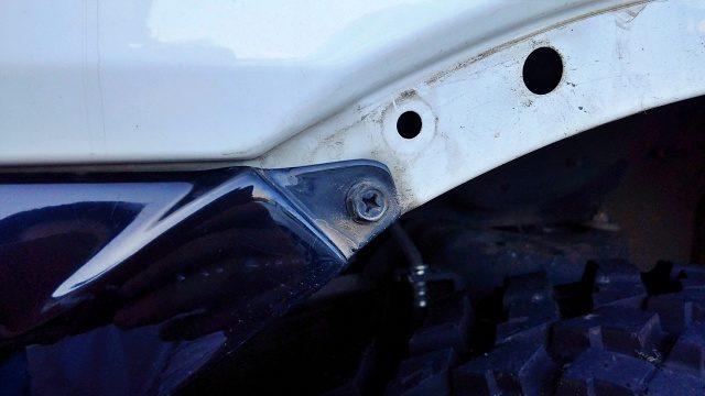 バンパーは左右がボルトで固定されている