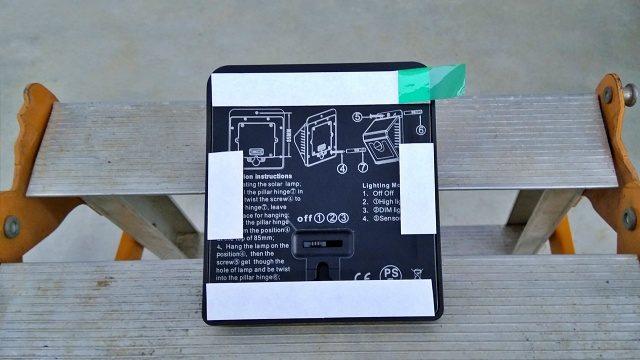照明の裏面に両面テープを貼りつけ