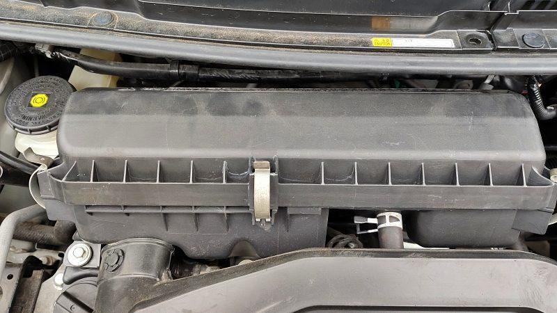 エッセはボンネットを開けると目の前にエアクリーナーボックスがあります。