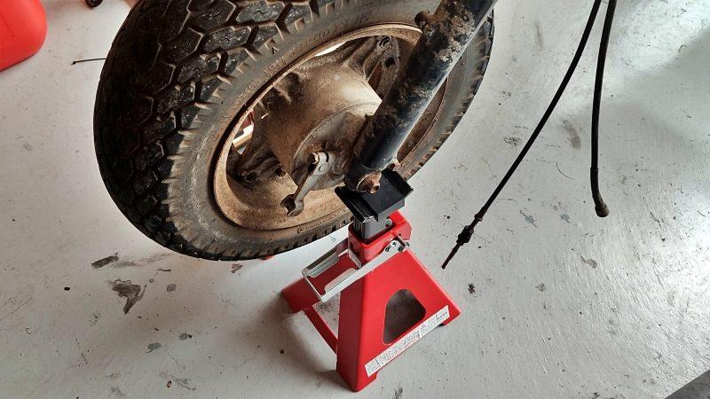スタンドが使えないので車用のウマで代用しました