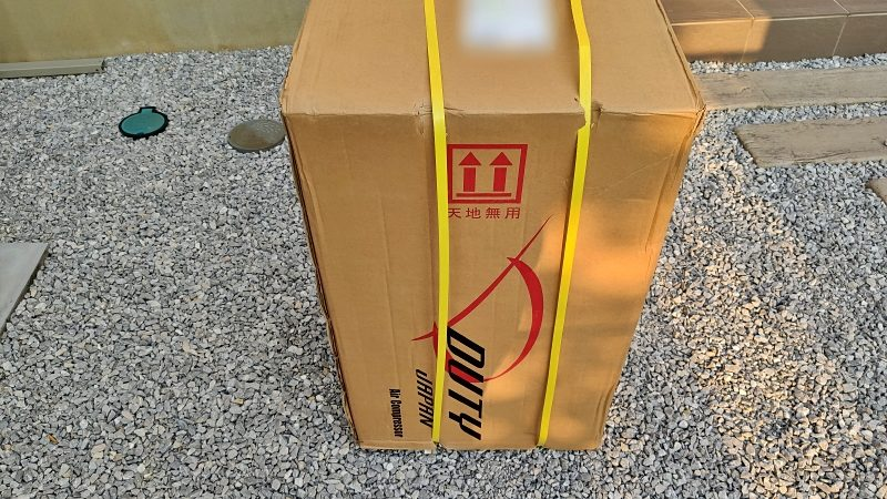 コンプレッサーが届きました。箱は予想以上に大きい。
