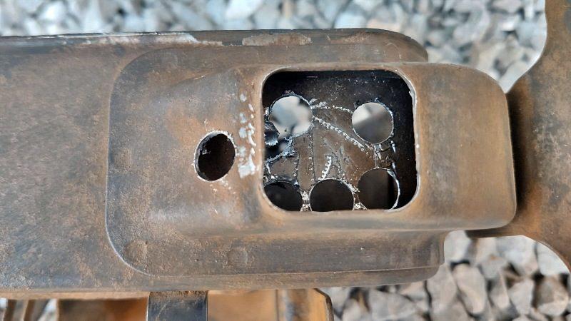 エアクリーナーボックスに穴を空けます