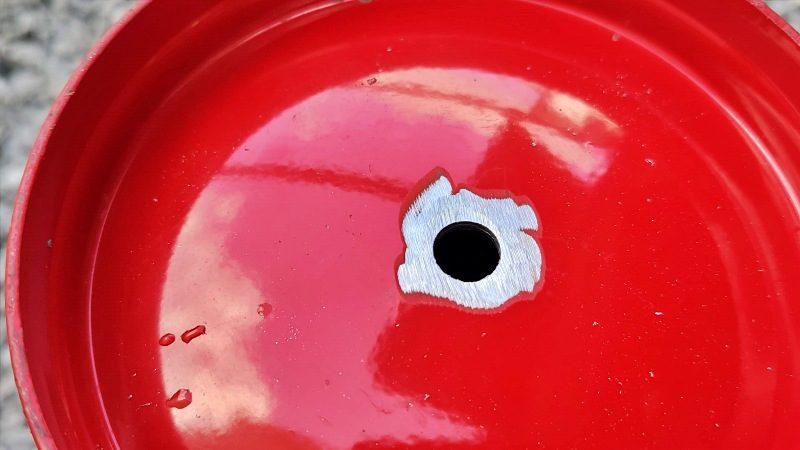 消火器の底に穴を空けてバリを除去