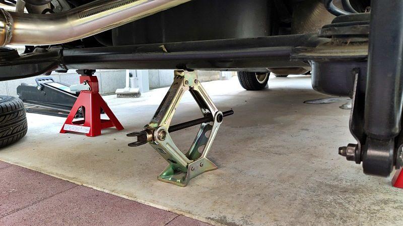 ホーシング中央にパンタジャッキを設置し、ホーシングの落下防止