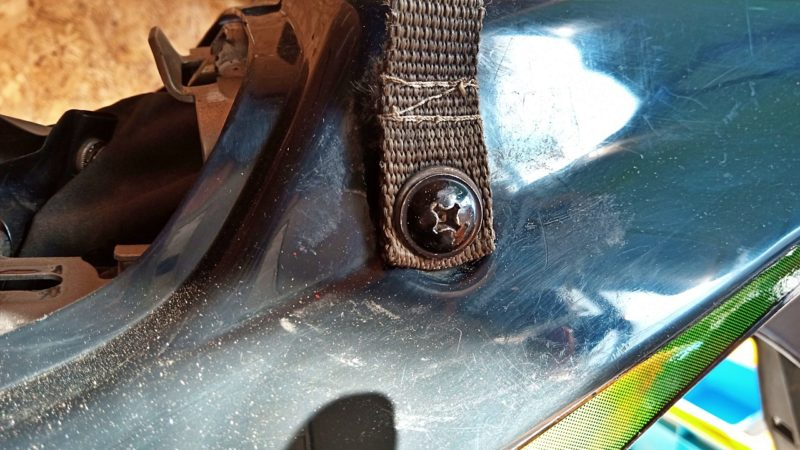 KSR110の後ろ側のカウル固定用ボルトを取り外す