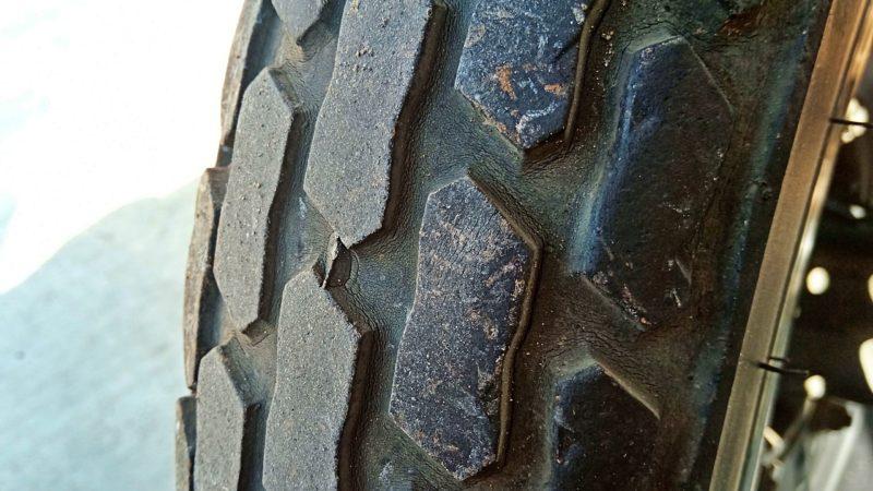 タイヤは溝がありまだ使えそうですが、ヒビがあるので交換