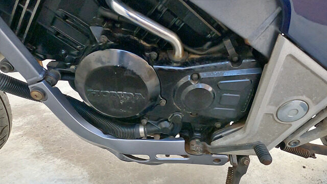 エンジン左側。下手な塗装が目立ちます